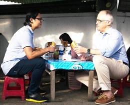 Thủ tướng Australia thưởng thức bánh mì vỉa hè, chụp ảnh cùng người dân Đà Nẵng