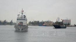 Tàu cá bị thủng đáy, 5 ngư dân được cứu kịp thời