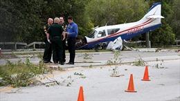 Máy bay mất thăng bằng, rơi trên cao tốc Florida
