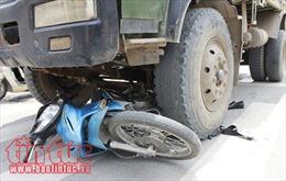Bị xe tải cuốn vào gầm, hai người đi xe máy bị tử vong tại chỗ