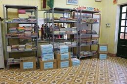 Trao tặng tủ sách Đinh Hữu Dư cho học sinh tỉnh Yên Bái