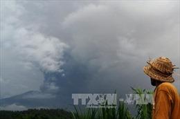 Núi lửa Indonesia phun dữ dội, hàng chục chuyến bay bị hủy
