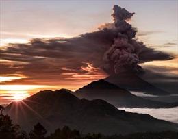 Nín thở xem núi lửa Indonesia phun trào, nhả khói độc cao 4 km