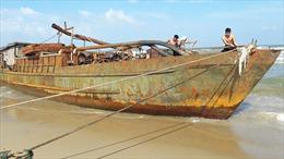 Tàu sắt hoen rỉ dạt vào bờ biển Quảng Nam