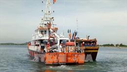 Lai dắt tàu cá cùng 7 ngư dân bị nạn trên biển về đảo Lý Sơn