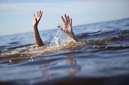 Trượt chân ngã xuống suối, một thiếu niên bị nước lũ cuốn trôi
