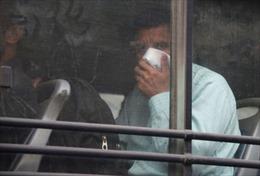 Bị cảnh sát bắt vì đi đôi tất bốc mùi gây rối loạn xe buýt