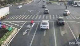 Chán cảnh tắc đường, người đàn ông tự ý vẽ lại vạch báo giao thông