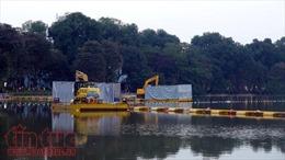 Hàng trăm công nhân tham gia nạo vét lòng hồ Gươm