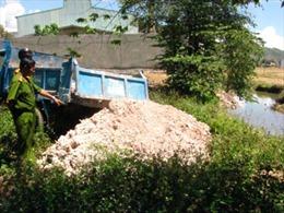 Bắt quả tang xe tải đổ chất thải công nghiệp ra môi trường