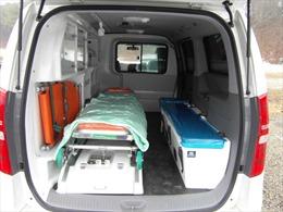 Xe cứu thương đâm vào tường phòng vệ, một trong hai nạn nhân chấn thương sọ não