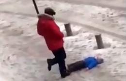 Xót thương bé trai bị bố máu lạnh đá văng trên tuyết