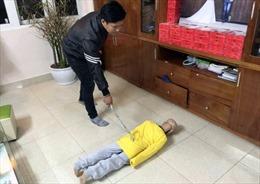 Khởi tố bố đẻ và mẹ kế bạo hành bé trai 10 tuổi ở Hà Nội