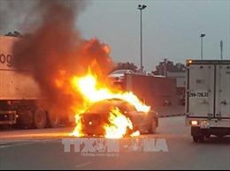 Ô tô đang lưu thông bỗng nhiên bốc cháy trơ khung