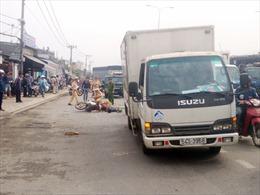 Xe máy va chạm xe tải, 2 vợ chồng thương vong