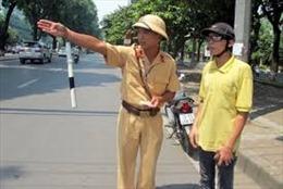 CSGT Hà Nội giúp người tật nguyền bị ngất trên vỉa hè về nhà