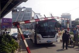Ô tô cố chui qua gầm cầu vượt, giao thông cửa ngõ sân bay Tân Sơn Nhất ùn tắc