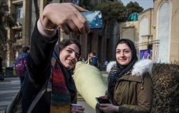 Thanh niên Iran háo hức tạo dáng chụp ảnh cùng tên lửa mới