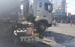 Người đàn ông đi xe đạp điện chết thảm dưới bánh xe container