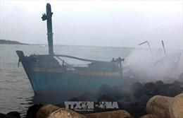 Cháy rụi tàu cá đang neo đậu tại cảng Sa Kỳ
