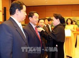 Chủ tịch Quốc hội trao Huy hiệu Đảng cho đảng viên Văn phòng Quốc hội