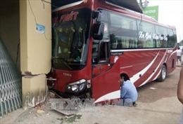 Hai xe khách đâm nhau, hành khách hoảng loạn