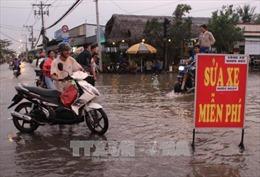 Sửa xe miễn phí cho người dân qua khu vực bị ngập nước