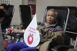 Hàng trăm người nhóm máu O xếp hàng đăng kí hiến máu