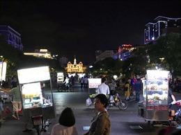 Hàng rong bủa vây phố đi bộ Nguyễn Huệ