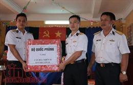 Bộ Tư lệnh Vùng 4 Hải quân chúc Tết quân dân huyện đảo Trường Sa