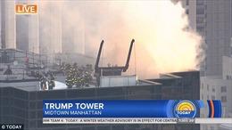 Cháy trên mái tòa Tháp Trump, khói bốc ngút trời