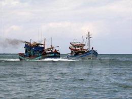 Đưa hai tàu cá trôi dạt trên biển vào bờ an toàn