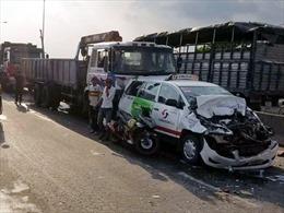 Ba ô tô tông nhau liên hoàn trên cầu vượt An Sương, một người bị thương nặng
