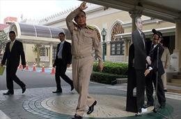 Phóng viên xôn xao khi Thủ tướng Thái Lan bỏ đi, để 'hình nhân' trả lời phỏng vấn