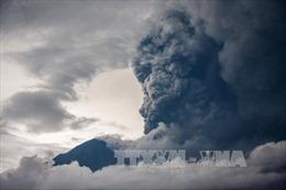 Núi lửa trên đảo Bali hoạt động trở lại với cột khói cao 2.500m