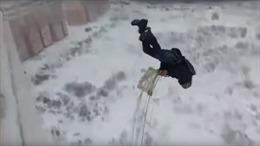 Video liều lĩnh nhảy dù từ ban công nhà cao tầng gây sốt