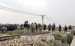 Xe máy bất ngờ băng qua đường sắt, 2 người tử vong
