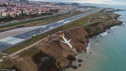 Máy bay chở khách suýt lao xuống biển, mắc chênh vênh trên vách đá
