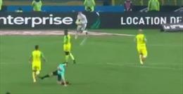 Trọng tài đá vào chân cầu thủ rồi rút thẻ đuổi khỏi sân