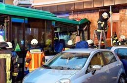 Gần 50 học sinh bị thương trong vụ tai nạn xe buýt