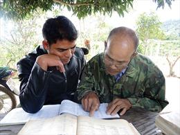 Già làng bảo tồn chữ viết của người Chu Ru