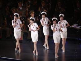 Ẩn ý sau động thái đi bộ qua biên giới của đoàn nghệ thuật Triều Tiên?