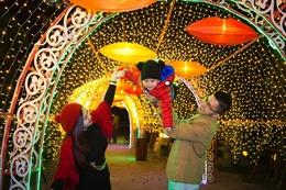 Lạc vào xứ sở thần tiên cùng Alice trong lễ hội Ánh sáng đầu tiên tại Hạ Long