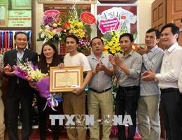 Huyện Đông Anh tặng 50 triệu đồng cho gia đình cầu thủ U23 Nguyễn Quang Hải và Đỗ Duy Mạnh