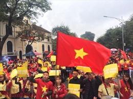Cổ động viên 'náo động' tại bờ hồ Hoàn Kiếm từ rất sớm để ủng hộ U23 Việt Nam