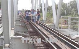 Ngồi trên đường ray, thanh niên bị tàu Bắc Nam đâm tử vong, kéo lê 70m
