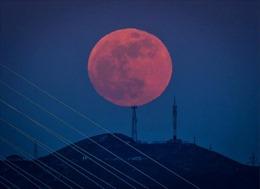 Siêu trăng rực đỏ bầu trời thế giới