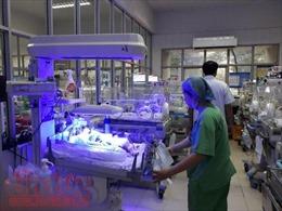 'Đột nhập' bệnh viện Phụ sản Trung ương ngày rét đậm, xem các bác sĩ giữ ấm cho trẻ sơ sinh