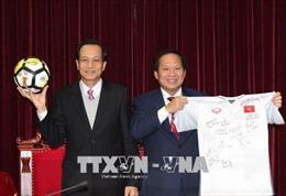 Thủ tướng tặng bóng và áo của cầu thủ U23 để đấu giá ủng hộ người nghèo