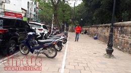 Cấp phép trông giữ xe trên vỉa hè phố Văn Miếu: Trách nhiệm thuộc quận Đống Đa